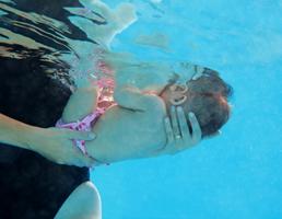 Baby Mutter unter Wasser