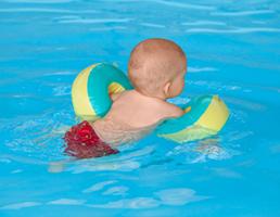 bébé dans l'eau nager avec brassards pool piscine