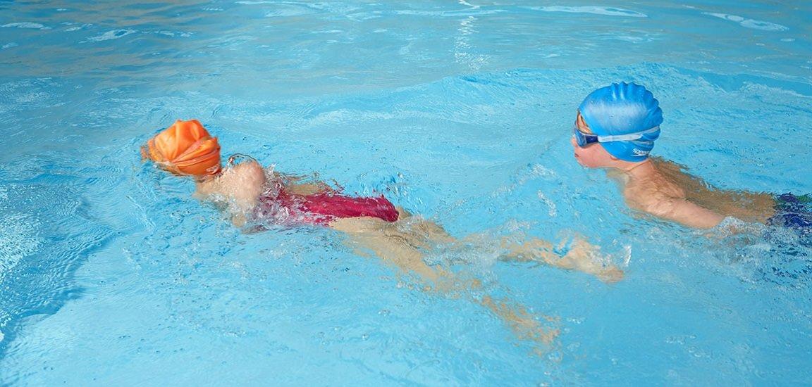 Kinder schwimmen Schwimmbad